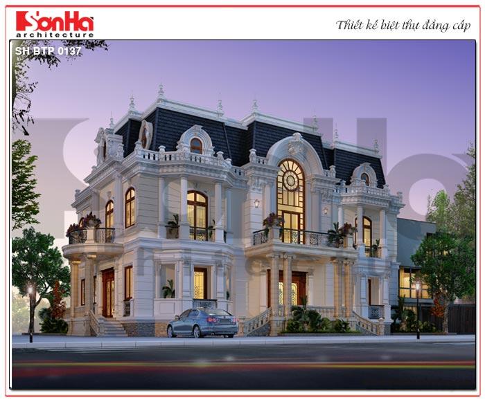 Biệt thự cổ điển kiểu Pháp 3 tầng của gia đình anh Long sở hữu mặt tiền rộng 19m97 là lợi thế để phô diễn hết mọi nét đẹp của phong cách Châu Âu quyền quý