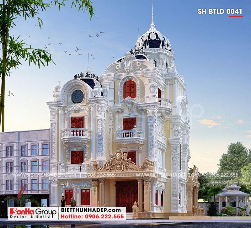 Phương án kiến trúc mặt sau của biệt thự lâu đài được thiết kế vô cùng tinh xảo, độc đáo, có tỷ lệ kiến trúc cân xứng thể hiện quyền lực sở hữu của gia chủ