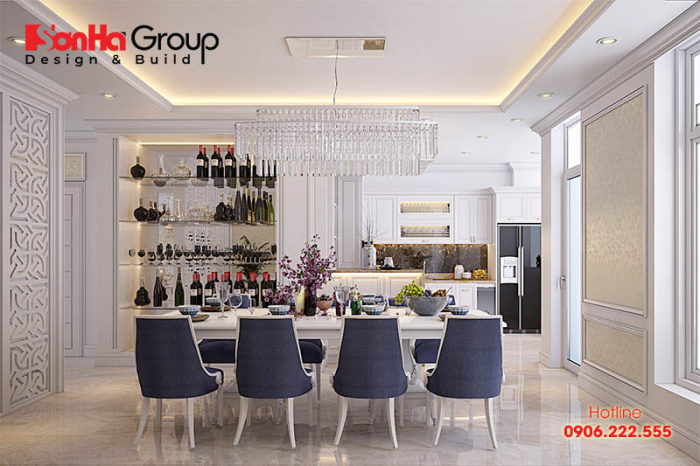 Phòng bếp ăn đẹp được thiết kế nội thất cổ điển Pháp với bàn ăn lớn màu vàng kem hứa hẹn sẽ là không gian hoàn hảo cho các bà nội trợ và gia đình quây quần bên những bữa cơm ngon